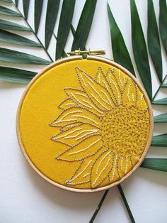 Broderie tournesol sur du tissu jaune et encadrée dans un tambour à broder / Sunflower embroidery hoop art