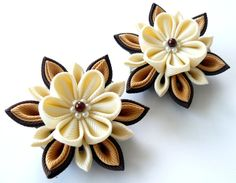 Kanzashi Fabric Flowers. Set of 2 hair clips. Ivory and por JuLVa