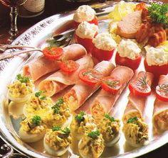 Jajka faszerowane - przepisy.net Yummy Treats, Yummy Food, Toast, Polish Recipes, Salad Bar, Appetisers, Everyday Food, Holiday Recipes, Brunch