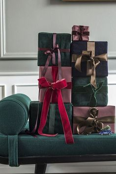 〚 Modern Danish apartment dressed in festive decor 〛 ◾ Photos ◾Ideas◾ Design Dark Christmas, Christmas Mood, Modern Christmas, Christmas And New Year, Christmas Gift Wrapping, Holiday Gifts, Christmas Gifts, Gift Wraping, Gold Christmas Decorations