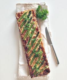 Hella & houkutus: Parsa-pekonipiirakka - kevättä parhaimmillaan Asparagus, Vegetables, Tableware, Food, Studs, Dinnerware, Tablewares, Essen, Vegetable Recipes