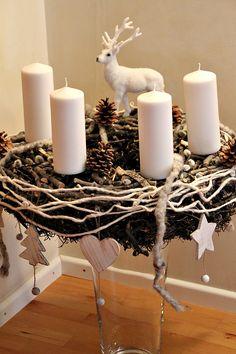 Deko hoch Drei: Adventskranz mit weissen Kerzen