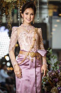 khmer wedding costume Cambodian Wedding Dress, Thai Wedding Dress, Wedding Dress Suit, Pretty Wedding Dresses, Khmer Wedding, Wedding Dress Sizes, Lovely Dresses, Thai Traditional Dress, Traditional Fashion
