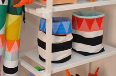 Opbevaringsmuligheder til legetøj, lego, tøj mv. kan man ikke få for mange af.  Her er en vejledning til at sy fine opbevaringsposer til fx børneværelset. De er lette og sy og kan blive så fine, hvis du vælger noget sødt børnestof.