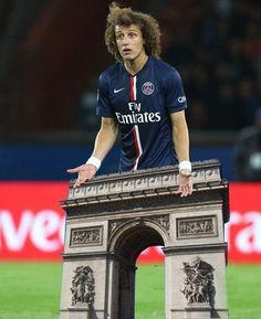 Piłkarz PSG zamiast nóg ma łuk triumfalny • David Luiz stoi z łukiem triumfalnym na boisku piłkarskim • Mem po meczu PSG vs Barca >> #psg #luiz #memes #football #soccer #sports #pilkanozna #funny