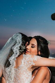 Las damas de honor son las compañeras perfectas para contener a la novia. #matrimoniocomco #damasdehonor #maidofhonor #bridesmaid #wedding #weddingdress #friends Instagram, Wedding Card, Simple Wedding Gowns