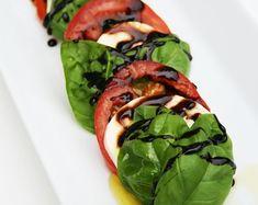 Salade Caprese, Caprese Salad Recipe, Mozzarella Salad, Balsamic Reduction, Tomato Basil, Milk Recipes, How To Make Salad, Healthy Salad Recipes, Balsamic Vinegar