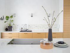 Puustelli keittiö / kök. Hieno tammiviilu ja kvartsikivitaso yhdistelmä ja marmorilaatta.