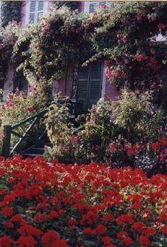 List of plants and flowers of Claude Monet's garden: SOMMAIRE / SUMMARY  BASSIN / POND : Arbres / Trees,   Plantes / Plants,   Fleurs de Printemps / Spring flowers,   Fleurs d'été / Summer flowers,   CLOS NORMAND :  Arbres / Trees,   Fleurs de printemps / Spring flowers,   Fleurs d'été et d'automne / Summer and autumn flowers.