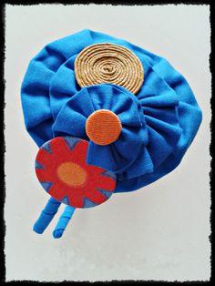 Tocado Diadema forrada en tono azul eléctrico con detalles naranjas de inspiración vintage. Pieza única, hecha a mano.