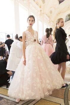 Giambattista Valli Fall 2017 Couture Fashion Show Backstage - The Impression Bridal Dresses, Flower Girl Dresses, Prom Dresses, Dress Prom, Long Dresses, Elegant Dresses, Fashion Show, Fashion Design, Paris Fashion
