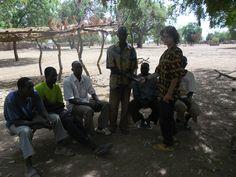 Remise de 100 000 F CFA au groupement de producteurs de Dakuy pour les caisses de micro-Crédit, Burkina Faso, 2012