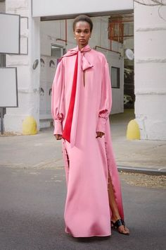 Prabal Gurung Pre-Fall 2019 collection, runway looks, beauty, models, and reviews. Runway Fashion, High Fashion, Womens Fashion, Fashion Top, Fashion Ideas, Fashion Inspiration, Fashion Trends, Belle Silhouette, Prabal Gurung