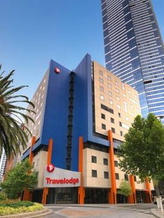 Travelodge Southbank Melbourne Just 600 metres from Southbank Promenade on the Yarra River, Travelodge Southbank offers affordable rooms with en suite bathroom, kitchenette and cable TV. The popular Bourke Street Mall shopping area is 10 minutes' walk away.
