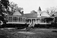 The Edgewood Plantation build in 1902 by Jefferson Davis Baughman. His daughter, Faye, lived on in the house until her death in 1979 but by the mid 80s, the home was abandoned.The mansion is being turned into a bed and breakfast.  photo by Prepcowboy via Flickr