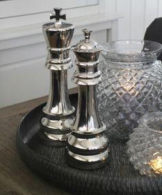 Stor+sjakkbrikke+Harald!+Stilig+som+borddekorasjon. H:33cm Pepper Grinder, Candle Holders, Stuffed Peppers, Candles, Kitchen, Cooking, Stuffed Pepper, Kitchens, Porta Velas
