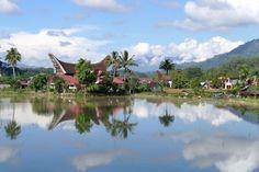 Tana Toraja, die typischen Toraja-Haeuser fallen vor allem durch ihre Dachform auf