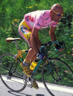 Marco Pantani, one of the great climbers of all time. Pay attention to his aerodynamic position. Paris Roubaix, Cycling Art, Cycling Bikes, Xc Mountain Bike, Vintage Cycles, Bicycle Race, Bike Style, Road Racing, Bike Life