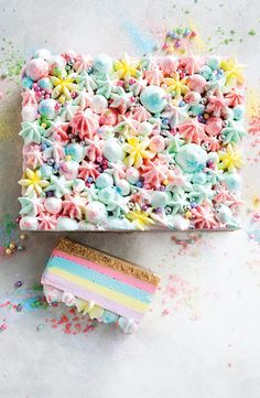This pretty unicorn jelly cheesecake slice has five colourful layers and is finished with clouds of whipped cream. Rainbow Jelly, Rainbow Food, Rainbow Sprinkles, Rainbow Art, Jelly Cheesecake, Layer Cheesecake, Rainbow Cheesecake, Cotton Candy Fudge, Jelly Kid