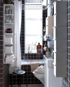 Inrichten van de kleine badkamer volgens Ikea. Ikea laat zien dat je een kleine badkamer ook slim en handig in kunt delen. met deze meubels houd je genoeg ruimte over om je tanden te kunnen poetsen en om lekker in bad te ontspannen terwijl er ook genoeg plek is voor alle badkamerspullen zoals shampoo en handdoeken. Ikea