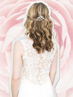 Welliges Haar mit eingedrehten Seitensträhnen wirkt weiblich und lässig zugleich. Süße Variante: zwei Strähnen abteilen und eingedreht am Hinterkopf mit Bobby Pins feststecken.