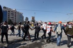 Gezi Parkı'nda 'insan zinciri' -'human chain' for peace and quiet in Taksim Gezi Park 11.06.2013