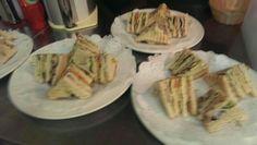 Clubsandwich Ingredienten: Casinobrood wit of bruin, gemengde sla, tomaat, komkommer, rode ui, uitgebakken bacon, gegrilde kip, belegen kaas, naturel chips, mosterd, mayoniase, sate'prikkers, Werkwijze: De bacon bakken en af laten koelen op een stuk keukenrol. Brood roosteren, tomaat, komkommer, rode ui in dunne plakjes snijden. 3 eetlepels mayoniase en 2 eetlepels mosterd door elkaar roeren tot een sausje. Leg 4 geroosterd broodjes op een plank en smeer die aan 1 kant in met de…