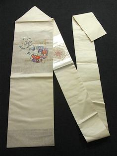 This is a lovely Nagoya obi with charming flower circle of such as 'Botan'(peony) and 'Kiku'(chrysanthemum) design, which is woven on the foiled background.