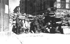 """Warsaw Uprising: Battalion """"Pięść"""" defend barricade in Śródmieście district."""