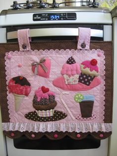 Ideas que conseguí en la web. Fabric Crafts, Sewing Crafts, Sewing Projects, Projects To Try, Motifs Perler, Towel Crafts, Love Sewing, Mug Rugs, Applique Designs