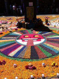 El sol, elaborado con semillas de colores. Alumnos de la ENP plantel 5 UNAM