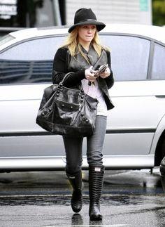 HILARY DUFF  LOOK DE STAR NEO BCBG  En total look black, capeline et bottes en caoutchouc, Hilary Duff adopte un parfait look de pluie !