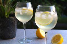 Frisk drink med cava, gin och citron   Daniel Lakatosz matblogg Drinks Med Gin, Fun Drinks, Alcoholic Drinks, Cocktail Recipes, Wine Recipes, Cocktail Food, Prosecco Cocktails, Danish Food, Gin And Tonic