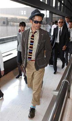 2012.03.30 出国するマリナーズ・イチロー(手前)と川崎宗則(右奥)=30日、成田空港