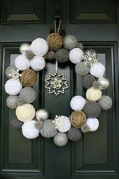 Corona navideña. Esferas de Estambre. Gris,blanco,hueso y café
