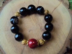 $18. Pulsera de Agatas negras y Coral / Agata and Coral bracelet. Agate is a stone of strength. It was used by the Ancients on the breastplates of armor to give warriors strength and make them victorious in battle. Energetically, it is considered to give strength in both battle and physically.