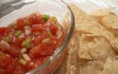 """Salsa messicana - La cucina messicana ha la sua """"salsa"""" che non è un nome generico come in Italia ma indica una specifica salsa a base di pomodoro e peperoncino che serve per accompagnamento dei cibi o nella loro preparazione."""