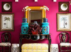 Parte do terraço com espelho amarelo, parede pink, cadeiras de madrepérola e várias estampas diferentes (Foto: Divulgação/Romulo Fialdini). Projeto publicado em Casa e Jardim