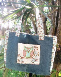 Bolsa em tecido de jeans reciclado, com zíper, pintada á mão. <br>Verificar disponibilidade do tecido estampado.