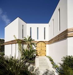 The aim of this project, at the explicit request of the owners, is to combine modern architecture with recovered elements from other buildings in a harmonious contrast between old and new.  The result is an open plan sunny architecture, flooded with