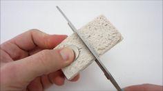 Corte uma esponja e ponha ímãs dentro. Em instantes você ganha uma arma secreta contra cantos difíceis de limpar.
