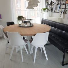 Nieuwe tafel en eetkamerbank in landelijke eetkamer #tabledusud #rondetafel #eetkamerbank #leer #landelijk My Dream Home, New Homes, Dining Table, Strawberry, House, Butterfly, Furniture, Google, Happy