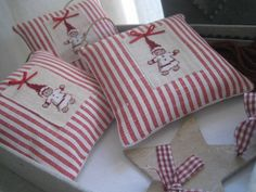 Accroches Xmas Cross Stitch, Just Cross Stitch, Cross Stitch Finishing, Cross Stitching, Christmas Cross, Christmas Holidays, Small Cushions, Xmas Stockings, Fabric Houses