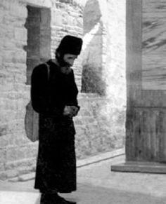 Once a reclusive ascetic, who had heard a lot about Elder Paisios, came to visit him. They talked for a while, and he ascertained that Elde. Miséricorde Divine, Folk Religion, Orthodox Christianity, Patron Saints, Orthodox Icons, Christian Faith, Old Pictures, Catholic, Life