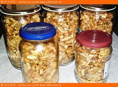Moje zavárané vlašské orechy Čo robiť, ked potrebujeme uskladniť na dlhšiu dobu orechy? Kedysi som ich dávala do mrazáku, teraz to robím podľa tohoto spoľahlivého receptu už niekoľko rokov, a nielen orechy, ale i mandle, lieskové oriešky a iné. Ingrediencie 1000 gramov vlašských orechov zaváraninové poháre s viečkami Inštrukcie Vlašské orechy vylúpeme zo škrupinky alebo … Mason Jars, Beans, Food And Drink, Canning, Vegetables, Drinks, Recipes, Co Dělat, Hampers