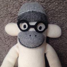 靴下で作ったおさるのぬいぐるみです。ふかふかと手触りが良く、素朴な雰囲気で癒してくれます。顔は刺繍しています。フェルトで作った黒ブチ丸メガネは取り外し可能です... ハンドメイド、手作り、手仕事品の通販・販売・購入ならCreema。