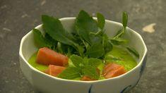 Grønærtekoldskål med mynte, laks og sankthansurt
