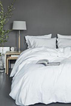 Zo haal je de zomer in je slaapkamer: inspiratie whitebedroom Linen Bedroom, White Bedroom Furniture, Modern Bedroom, Interior Design Living Room, Bedroom Decor, Bed Linen, Rustic Home Design, Home Decor, Bedroom Inspiration