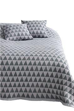 Med jacquardvevd mønster. Av 50% polyester og 50% polypropylen. Vask 30°. <br><br>100% polyester<br>Vask 30°