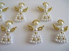Ľahučké vianočné ozdoby vyrobené z bielych voskovaných perličiek a plastových korálok zlatej farby.    Sadu tvorí 6 postavičiek s krídlami.    Anjeliky je možné zavesiť na bežný vianočný háčik, ...